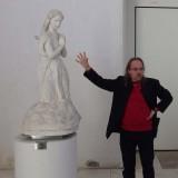 Le guide Franck Hargot devant L'Ange en prière de Théophile BRA.